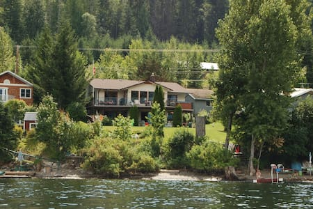 Gorgeous 4 Bedroom Lake-Front Home on Shuswap - Rumah