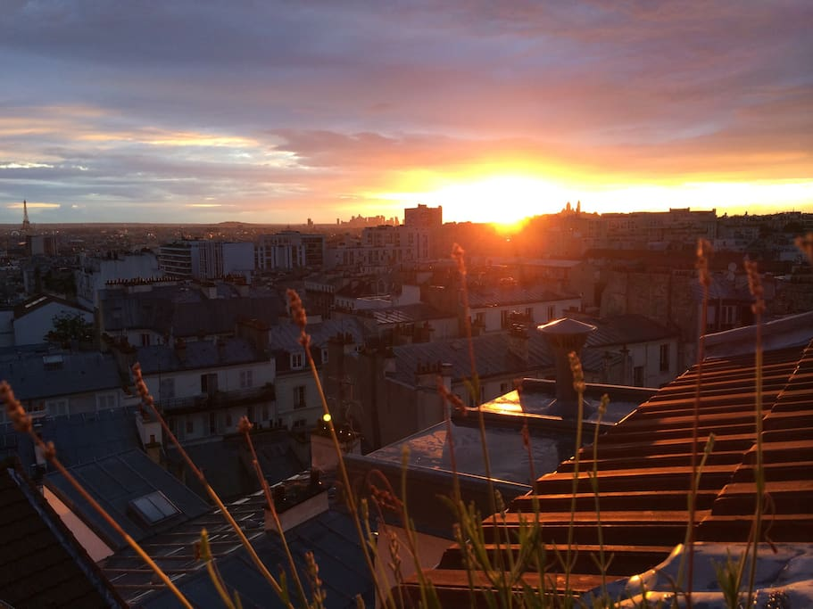 Vue sur TOUT Paris, depuis la terrasse de l'appartement à Belleville. An amazing panoramic view over Paris, great for candlelight dinners with the Eiffel Tower illuminated !