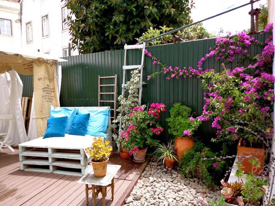 Private, green roof terrace 29 sqm for breakfast, petisco (snacks in portuguese) or barbecue.