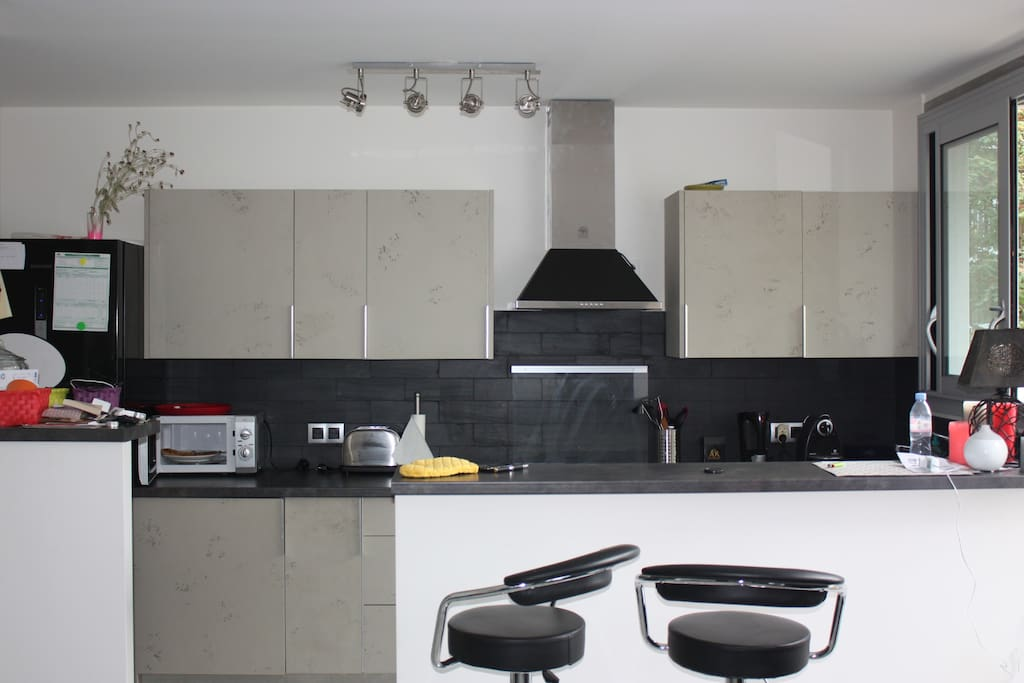 L'appartement dispose d'une cuisine américaine et de tous les ustensiles  nécessaires à l'élaboration d'un repas