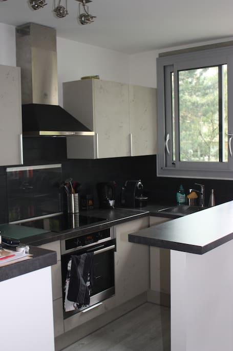 La cuisine dispose de plaques à induction