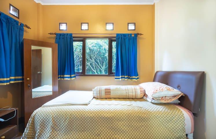 Kamar tidur ke dua, dua  tempat tidur ukuran 120x200 m dua buah