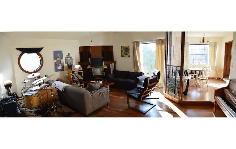 Artist studio bedroom, 70s house - Austin - Haus