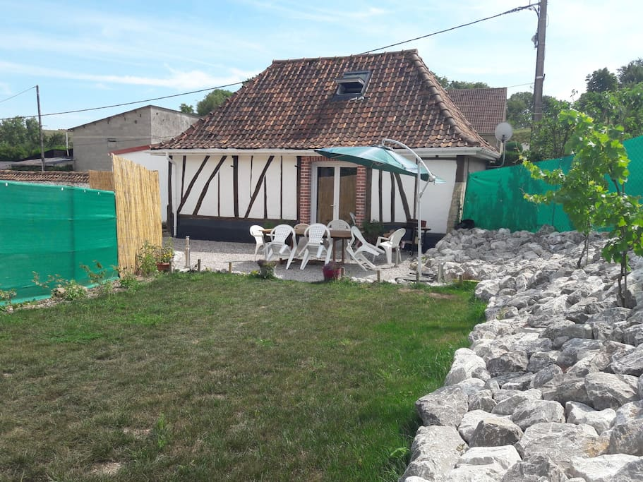 La terrasse et le terrain du gîte