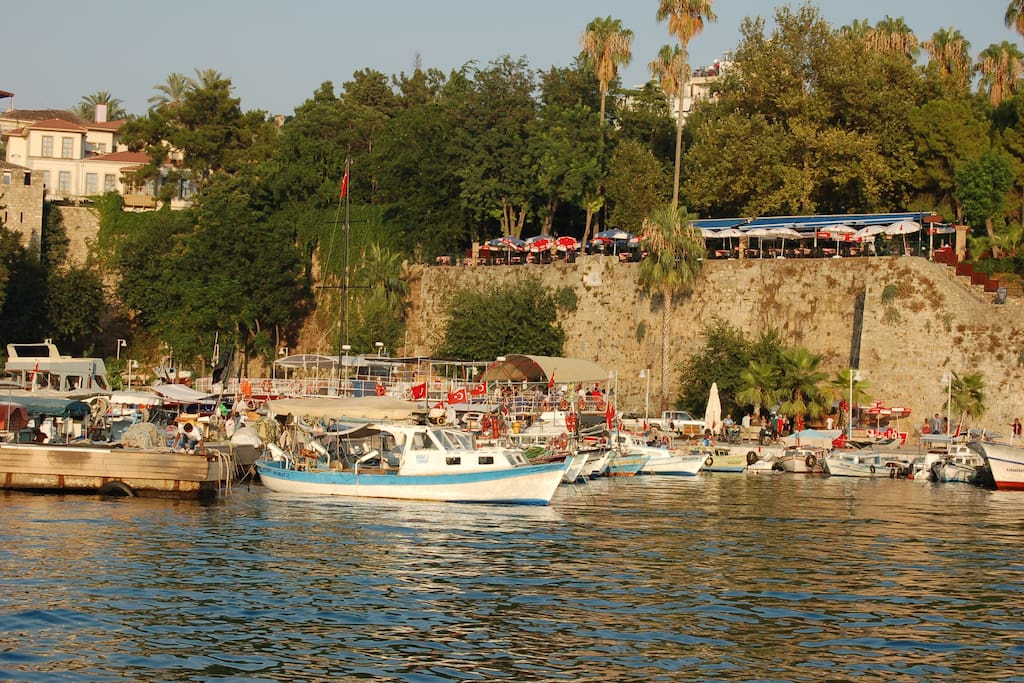 Kaleiçi yacht harbour is only 5 min by walking distance, Daily boat trips, Private Boats,Good Restaurants,Cafe for chilling are available during the day!