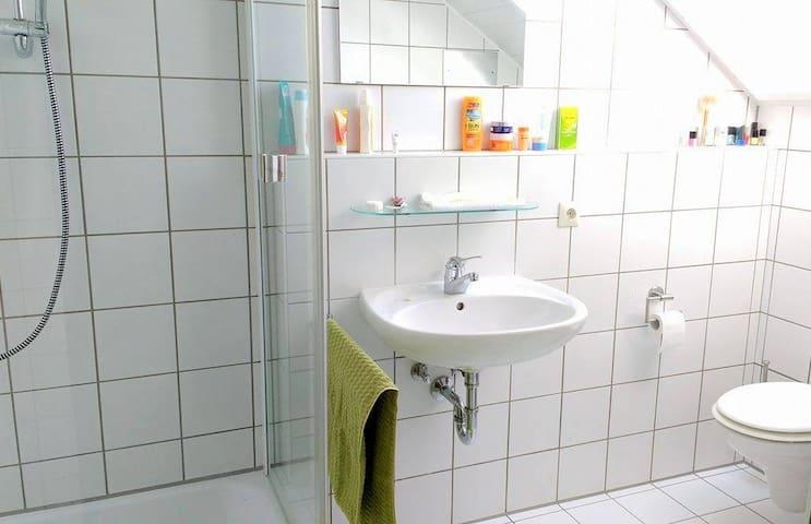 Zimmer mit eigenem Bad, FH zu Fuß erreichbar - Aalen - Apartment