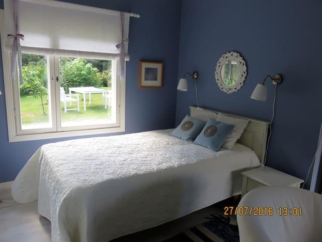 Olohuoneen yhteydessä on 120 cm leveä sänku tempur patjalla.