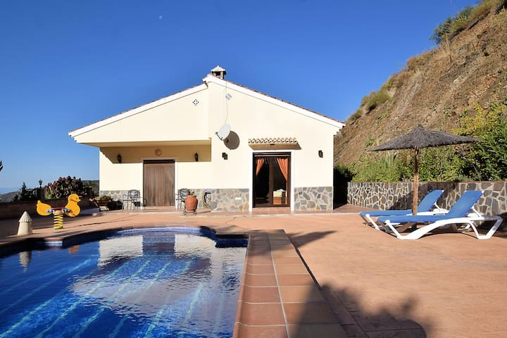 Independent villa with private pool  on an estate in Sayalonga Costa del Sol