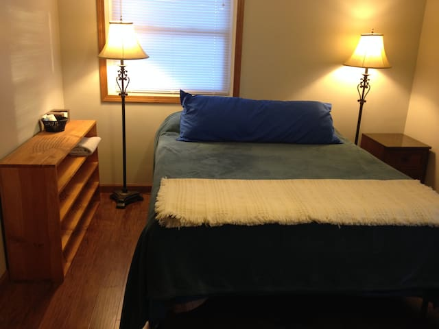 Comfy queen bed in private room - Findlay - Findlay - Talo