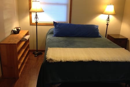 Comfy queen bed in private room - Findlay - Findlay - Casa
