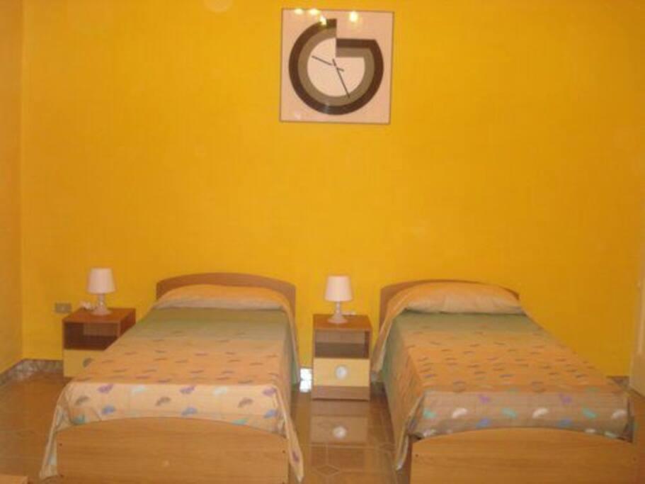 Camera letto, disposta con letti singoli