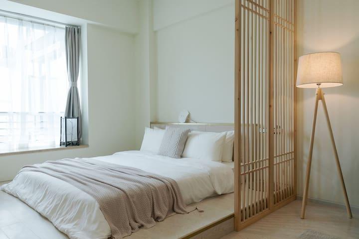 客厅区域 1.8x2米榻榻米,天然乳胶床垫、五星级酒店枕芯及水洗棉床上用品,给您带来最舒适的睡眠体验