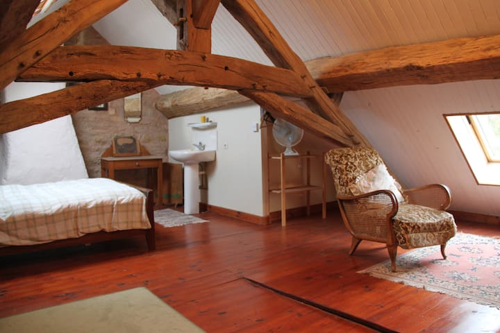 Charming attic room  - Givry, Yonne - Bed & Breakfast