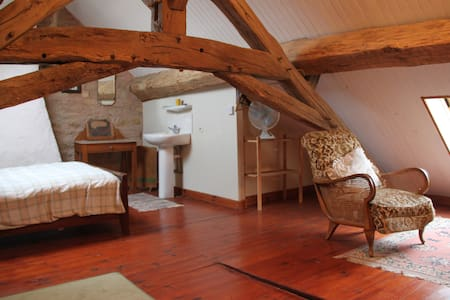 Charming attic room  - Givry, Yonne - Гестхаус