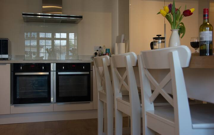 Double room, huge guest kitchen, close to EMA