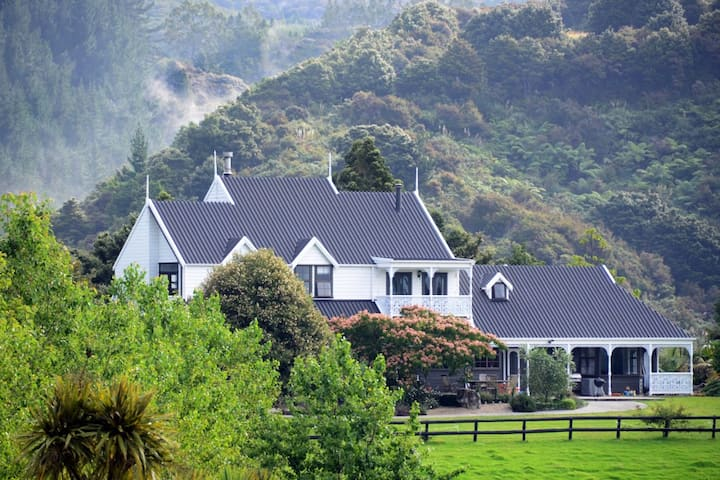 Country Homestead at BlackSheepFarm. Rosella Suite