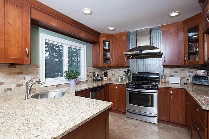 3 bedroom, Close to the LIRR, Parks