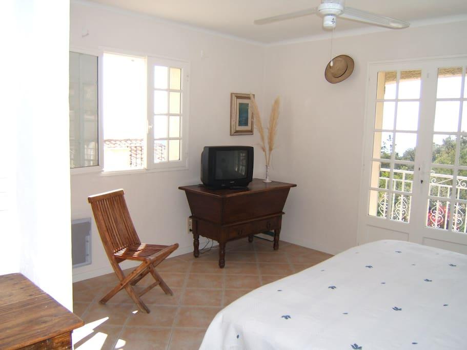 Grande chambre de 34 M², accès par solarium privé et balcon