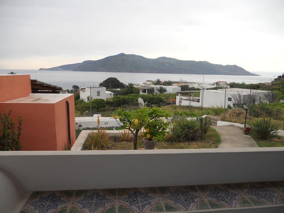 Panorama su Lipari e giardino davanti la casa