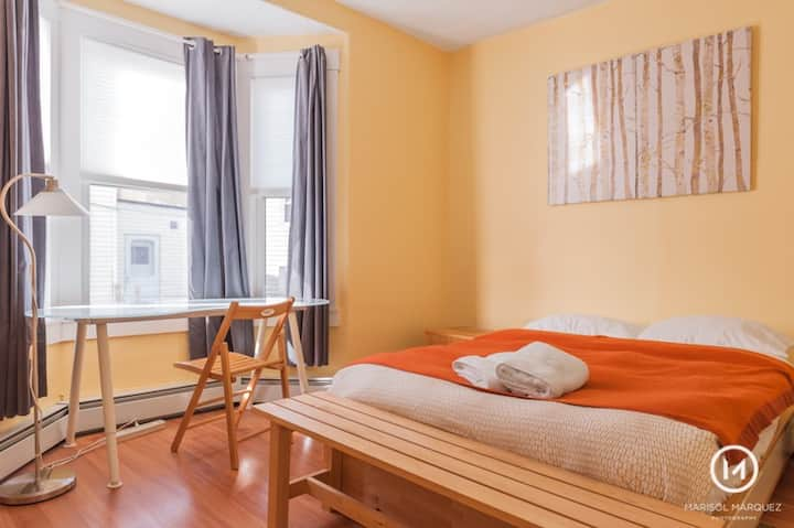 Room w/fast wifi-next to T stop 10 min to downtown
