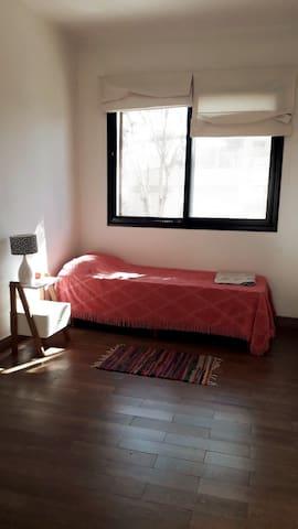 Habitación en planta alta con sommier y aire acondicionado.