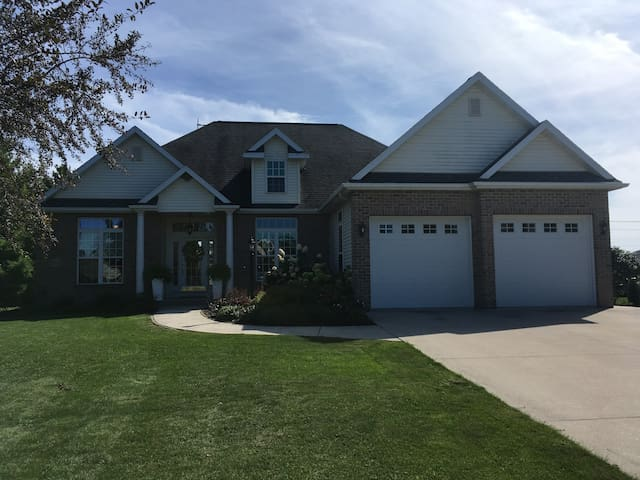 Ryder Cup Ready/ Modern Upscale Home sleeps 6