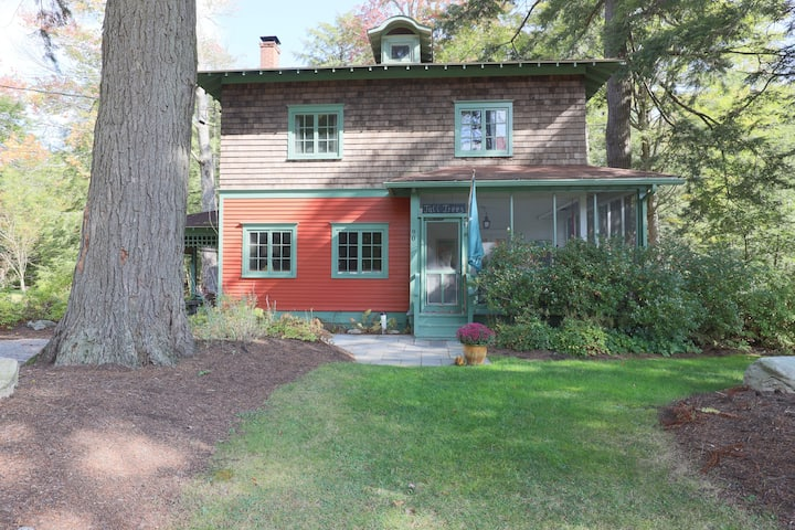 Light-filled 6-BR cottage in Eagles Mere Park!