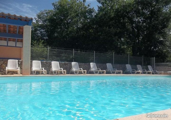 A Balazuc, Village de gites Le Frigoulet + piscine