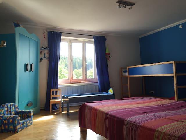 Chambre d'enfants du 1er étage - lits superposés et 1 lit double 140