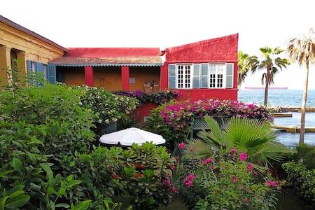 Chez Olivier en bord de mer à Gorée