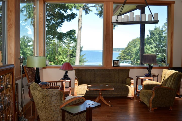 Sleep Late Lodge: Ocean View Private Room by beach