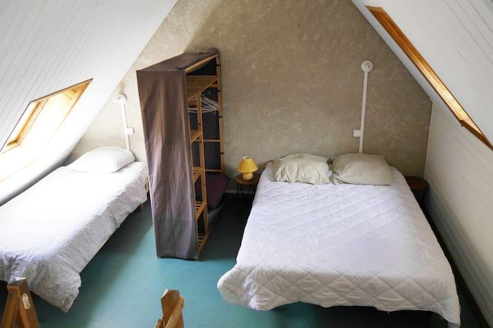 1ère chambre avec un lit en 140x190 et un  en 90x 190. Matelas multizone : 600 ressorts ensachés pour de meilleures vacances!