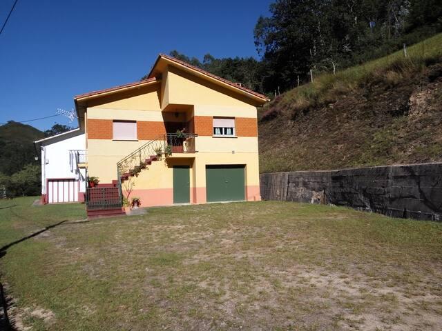 Casa vacacional en un pueblo tranquilo de Cabrales - Asturias