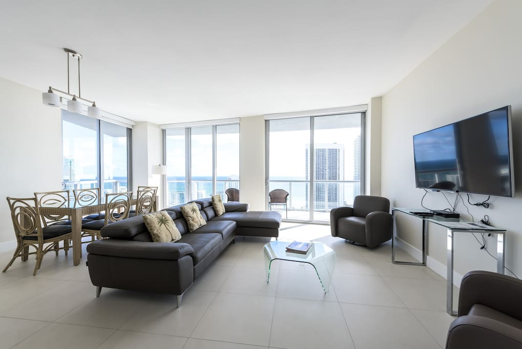 Very spacious living room