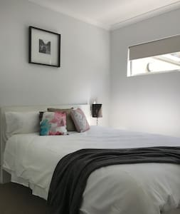 Fresh modern unit close to Airport and City - Belmont - Villa