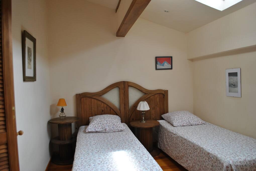 la deuxième chambre avec 2 lits jumeaux