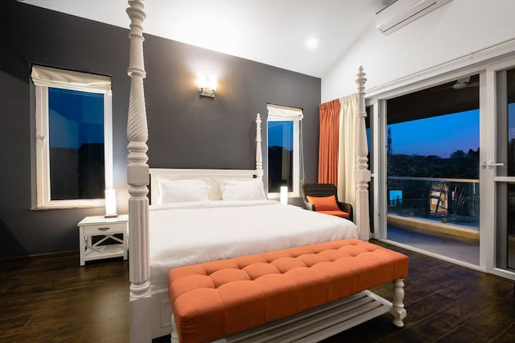 Master Bedroom – King Bed, Private Balcony, Large Closet & En-suite with a bathtub
