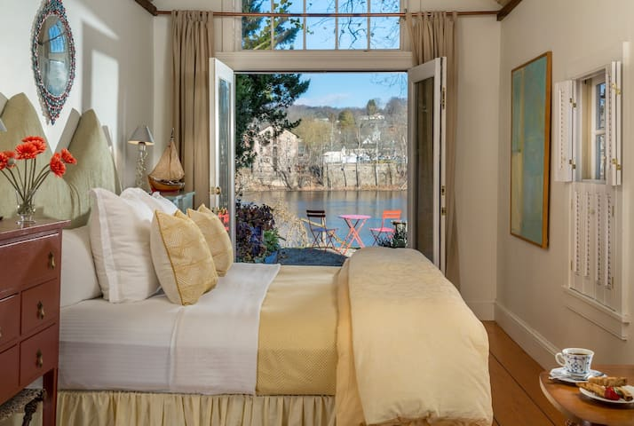 NEW! The Boat House- RiverFront, Spa Tub for Two