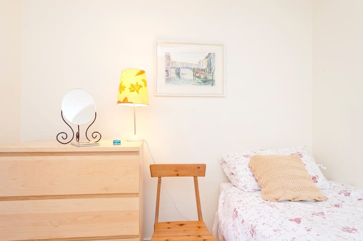 Stylish room for female only. Close to city centre