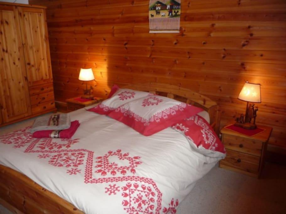 idéale en famille.jumelée avec une chambre de 2 lits simple, une salle de bain et un wc