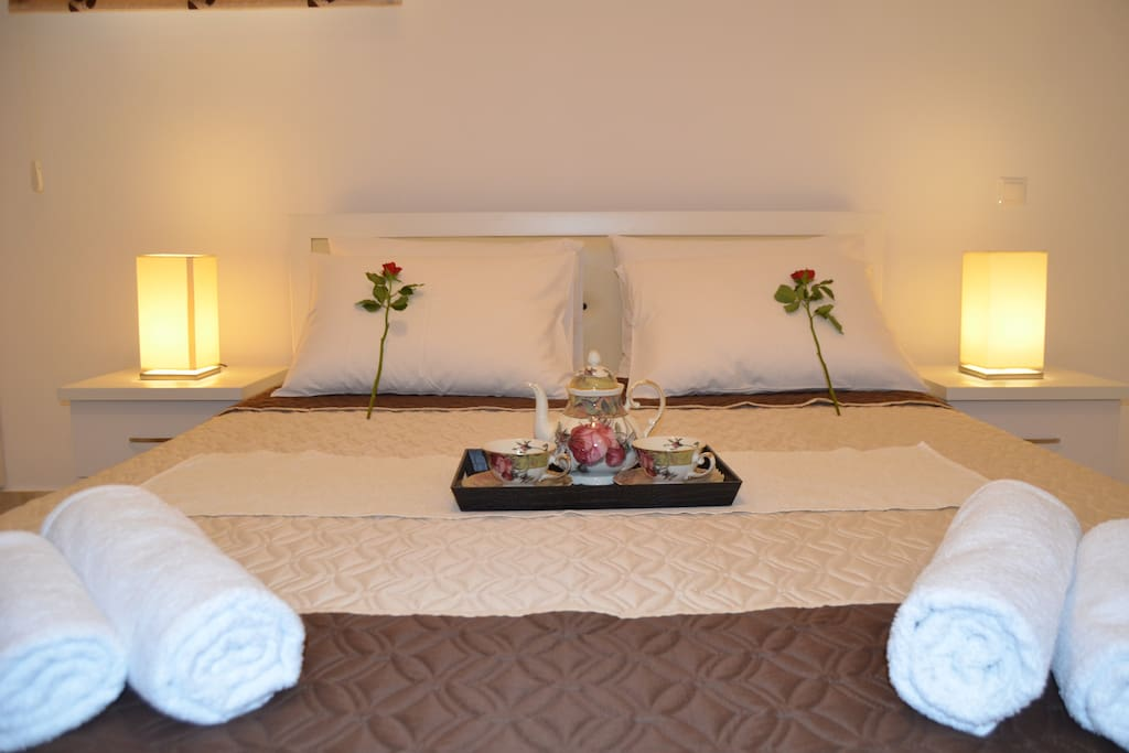 4th bedroom with tv, big mirror,4o  υπνοδωμάτιο με τηλεόραση και μεγάλο καθρέφτη