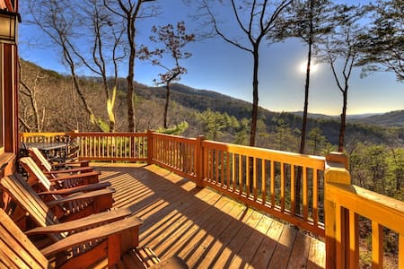 Gorgeous Misty Mountain Lodge - Blue Ridge, GA