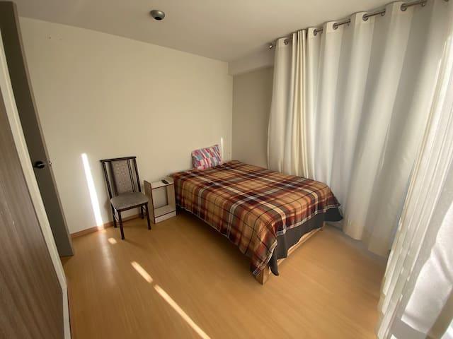 Agradable cuarto muy bien iluminado con tv, vista a la calle y baño propio.