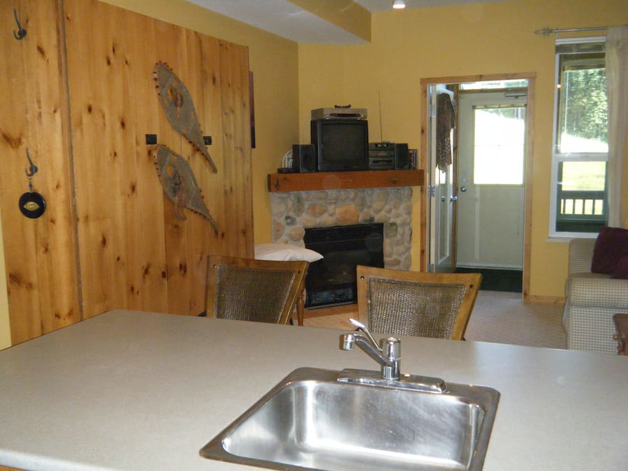 Murphy bed, fireplace, full kitchen