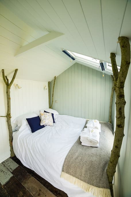 Four poster with a difference - reclaimed wood floors, zinc top dresser with en-suite = modern rustic luxury. Stay in 'Vanellus'