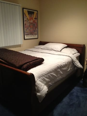 Queen Size Bed with Private Bath - Roslyn