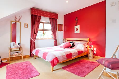 The Cosy Red Room with en suite - Ballymore Eustace