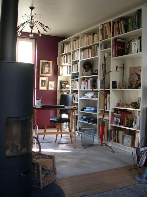L'espace bureau-bibliothèque et le poêle-cheminée pour une flambée en soirée