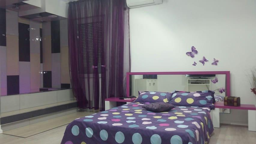 Private room in Nevia's house. - București - Villa