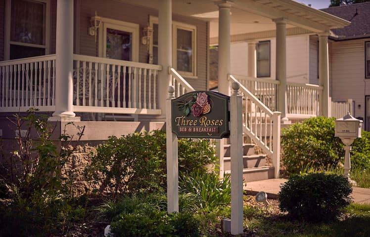 ThreeRosesBnB- 1 room w/ option of 4 room rental